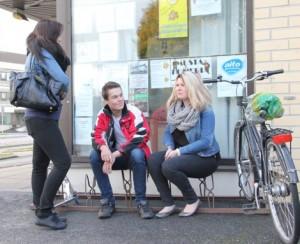 Mandi Pirttimäki, Lassi Mäkinen ja Ida Lempinen ovat tyytyväisiä nykyiseen Pontelassa toimivaan nuokkariin. He eivät kannata nuokkarin siirtoa keskustaan.