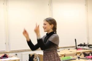 Veera Schrey sai johtaa keskiviikon lauluharjoituksia.
