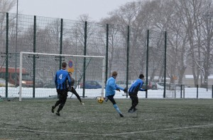 FC Kaarinan Niklas Blomqvist ( 3) sijoitti pallon hienosti kahden puolustajan välistä alanurkkaan. KUVAAJA: Tarja Hietaranta