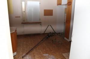 Lepakkotaloon murtauduttiin viime kesänä kaksi kertaa. Murrosta kielivät lattialla lojuvat lasinsirut ja roskat.