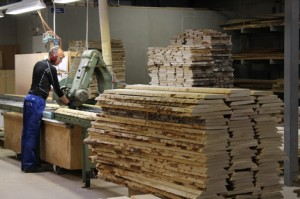 Tästä se kaikki alkaa. Alpo Gustafsson työskentelee kaappaamossa, jossa koivulauta katkaistaan, särmätään ja laatulajitellaan. Nyt valitaan lautaa muun muassa Aalto 406 -nojatuolin runkoon ja sohvan 544 käsipuuhun.