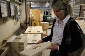 Näistä kappaleista syntyvät tuolien istuinosat eli pohjat. Jenni Korhonen kertoo, ettei Korhosen huonekalutehtaalla muodostu juuri jätettä, vaan kaikki puu pyritään hyödyntämään. Jätepuu haketetaan ja sillä käytetään tehtaan lämmityksessä.