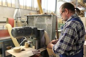 Kari Koivisto hioo Aalto-jakkaran istuinosaa. Aalto-jakkaran tekemiseen sisältyy noin 45 erilaista työvaihetta. Kestää yleensä 2-6 viikkoa ennen kuin tuote on kiertänyt koko tuotantolinjan läpi ja on valmis lähetettäväksi kauppaan.