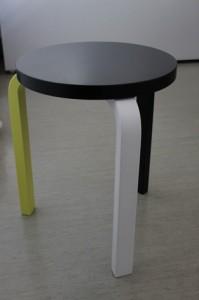 Alkuperäinen Aalto-jakkara oli kolmijalkainen. Pian sitä ruvettiin valmistamaan myös nelijalkaisena, jonka päällä on tukevampi seistä.