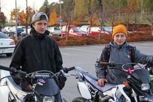 Jere Jäntti ja Mikko Korpela tietävät, että kaikkia autoilijat eivät noudata varoituskolmioita. Liikenteessä on oltava tarkkana.