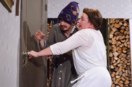 Kodinhoitaja (Erica Selin oik.) yrittää patistaa Leniniä (Petri Aulin) ulos lumimyrskyyn. Näytelmän efekteihin on panostettu – joka kerta, kun ovi avataan kaunista tekolunta pöllähtää esiin.
