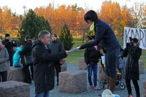 Heli Rantanen luovutti yli 500 nimen adressin kaupunginvaltuuston puheenjohtaja Matti Ranteelle (sd).