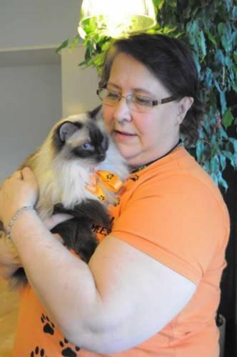 Viikon Hän, Tuulikki Logren-Heino, ilostuttaa vanhuksia vierailemalla kissojensa kanssa heitä tervehtimässä.