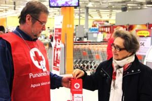 Esko Vihervä päivysti keräyslippaan kanssa K-Supermarket Katariinassa. Eila Pekonen-Salminen päätti kantaa kortensa kekoon.