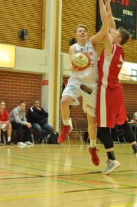 Ura Basketin Tatu Savonvirta taisteli lauantaina Pussihukkia vastaan. Kuva: Jukka Lindberg.