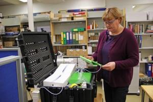 Ritva Nurminoro esittelee Lukuinto-hankkeen tabletteja, joilla koululaiset voivat lukea sähköistä materiaalia.
