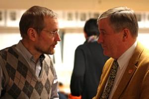 Ismo Seivästö (kuvassa vasemmalla) ja kaupunginvaltuuston puheenjohtaja Matti Ranne vaihtoivat kuulumiset maanantain valtuuston kokouksen jälkeen.