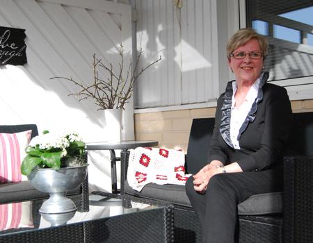 Sirpa Ahjosaari on käsityöihminen. Hänen käsissään juomatölkkien avaajistakin syntyy laukkuja. Kuva: Anu Karppi.