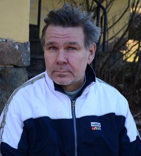 Lukuisia tunnustuksia kahminut kirjailija Hannu Raittila on joutunut noloihin tilainteisiin hajamielisyytensä takia. Kuva: Sari Järvinen.