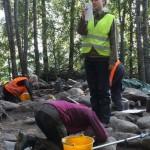 Arkeologian opiskelija Johanna Nylund veti keskiviikkona yleisölle järjestettyä opaskierrosta.