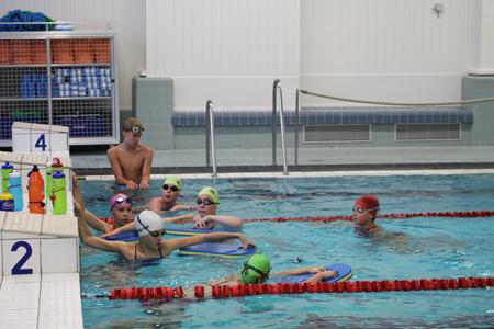"""UiKaa-seura sai lauantaina arvovaltaisen valmentajavieraan. Jani Sievisen neuvot niin uimareille kuin valmentajille ovat tärkeitä. Jani Sievinen kertoo haikailevansa välillä altaan reunalta altaaseen, mutta hän on iloinen kun saa jakaa oppimaansa tietoa. """"Joskus tulee sellainen olo, että olisi kiva uida kilpaa vielä joskus, mutta kun ottaa realiteetit huomioon niin se ajatus katoaa aika nopeasti"""", Sievinen naurahtaa. Kuva: Emma Heinonen"""