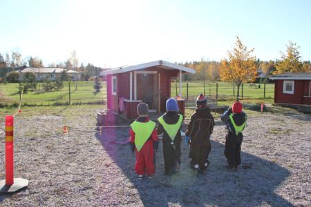 Päiväkodin lapset kävivät ihmettelemässä, mitä leikkimökille on tapahtunut.  Kuva: Teija Uurinmäki.