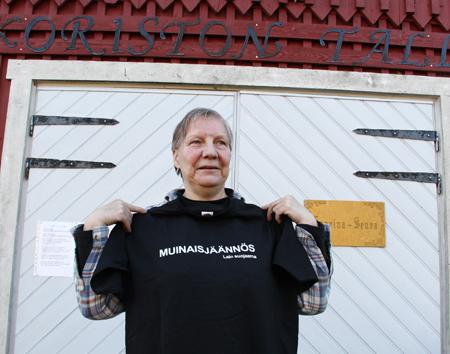 Marjo Dahl esitteli Muinaisjäännös-paitaa perjantaisella päivystysvuorollaan. Kuva: Teija Uurinmäki