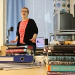 Kirjastonhoitaja Kaarina Sainio kiertää kirjavinkkaamassa kaikki Kaarinan 8. luokkalaiset. Hän on huolissaan nuorten lukemisesta.