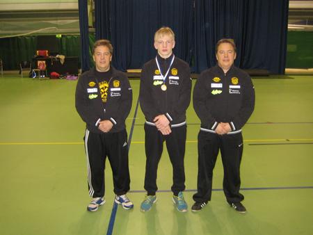 Markus Kallio toi koulujen mestaruuden Kaarinaan. Kuvassa vasemmalla valmentaja Marko Kainulainen ja oikealla Mika Kainulainen.