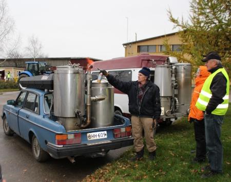 Pertti Laiho esitteli häkäpönttöautoaan Bioenergiaratkaisut ja innovaatiot -messutapahtumassa.