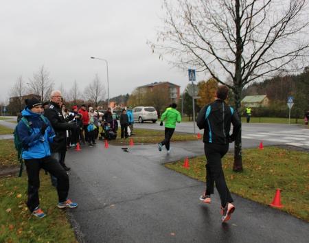 Kaarinan syysmaratonin reittiä pidetään yleisesti hyvänä. Kuitenkin avarilla paikoilla vastatuuli haittaa juoksijoita.