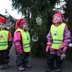 Kaisla Suominen, Lotta Koskela ja Salla Tulonen toivat joulukoristeet Kaarinan torin kuuseen.