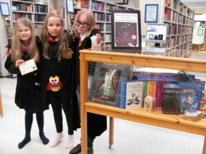 Kaverukset Emma Saario (vas.), Sani Haltsonen ja Kaisli Kipinoinen olivat pukeutuneet asianmukaisiin noidan asuihin Harry Potter –illassa.