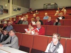 Yleisö oli tullut seuraamaan muistiterveyden vaalimista käsittelevää luentoa Hovirinnan koulun auditorioon.
