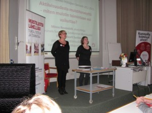 Minna Rosendahl (vas.) ja Hanne-Maarit Suokas kertoivat muistin vaalimisesta ja totesivat, että myös muistisairauksien riskitekijöihin voi vaikuttaa.