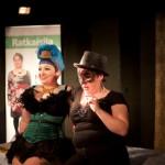 Burleski-aiheisessa tapahtumassa kerättiin varoja Mari Saarion kampanjaan. Illan juonsi burleskikaunotar Miss Stormin A. Teacup. KUVAAJA: Johanna Ahonen