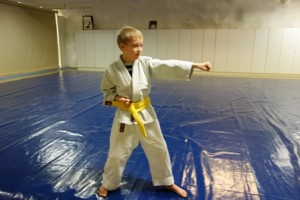 Aikaisemmin ju-jutsua harrastanut 11-vuotias Veikka Suominen siirtyi karateen viime syksynä ja on saanut siinä keltaisen vyön.