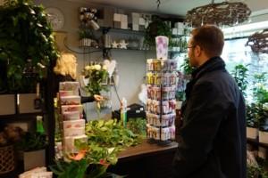Valkoiset kukat kotiin viemisiksi. Inkeri Lahdenperä sitoi Mikko Hurmeelle kimpun isoista ruusuista.
