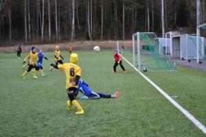 Jokainen pelaaja antoi kaikkensa oman joukkueensa vuoksi. KaaPo 04:n Juho Kaarrela yrittää tavoitella syötöllään vastustajan maalilla kärkkyviä joukkuetovereitaan. Kuvaaja: Sohvi Auvinen