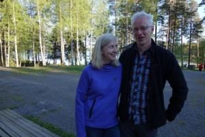 Merja Mikkola ja Jari Lehto olivat pyöräilleet Littoistenjärven rantatietä, kun lavalta kuulunut musiikki houkutteli heidät tanssimaan.