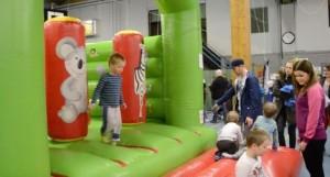 Vappuriehassa lapset pääsivät liikkumaan esimerkiksi pomppulinnassa hyppimällä. Kuvaaja: Sohvi Auvinen