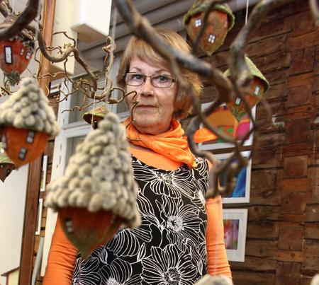 Eeva Lapin viime kesän näyttelyyn valmistavat pönthiittiset saavat tämän vuoden näyttelyyn oman kotipuun teatterin pihaan. Tässä puussa asuvat kärpiäiset ja ampiaiaiset.