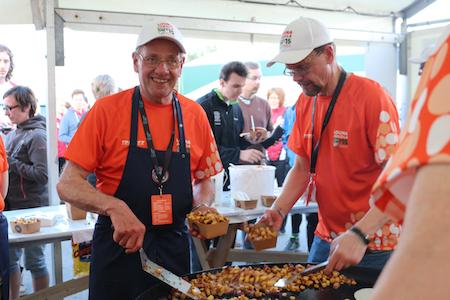 Hannu Heinon mukaan Louna-Jukolassa oltiin myyty lauantai-iltaan mennessä yli tuhat kiloa makkaraperunoita. Kuvassa oikealla Urpo Jalava.