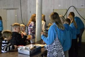 Piikkiön Kehityksen nuortenleirin ruokailu tapahtuu alueella olevassa leirikatoksessa. Lounasta noutamassa Sandra Ketonen (vas.), Eero Vuorinen ja Nelli Toivonen, taka-alalla Lotta Lehtonen ja Iida Laakso.
