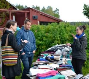 Mirva (vas.) ja Jaakko Korpela keskustelivat alpakanvillatuotteita kauppaavan Helmivene-yrityksen Virpi Grönroosin kanssa Piispanrannan Omenapäivässä.