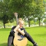 Piikkiön kirjastossa perjantaina esiintynyt Anni Ekholm kertoi itsestään ja musiikkiharrastuksestaan elokuun Kaarina-lehdessä.
