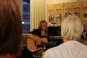 18-vuotias laulaja Anni Ekholm hurmasi yleisön laulullaan Kirjasto soi! -tapahtumassa.