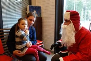 Kolmevuotiasta Nellie Holmqvistia vähän jännitti ensin jutella pukille. Isänsä Oskar Holmqvistin sylistä hän kuitenkin esitti lahjatoiveitaan: legoja, Elsa-rukkaset ja barbie ovat toivelistalla.