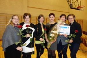 Carmeninae-kuoron jäsenet Nora Varke (vas.), Terhi Luhtanen, Maria Vuorinen, Tarja Rantanen, Tuulia Tamminen ja Susanna Salo olivat vastaanottamassa positiivisimman kaarinalaisen palkintoa.