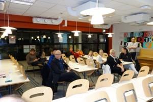 Keskustelutilaisuuteen osallistunut yleisö ilmaisi voimakkaasti huolensa koulun sisäilman vaikutuksesta oppilaiden ja henkilökunnan terveydentilaan.
