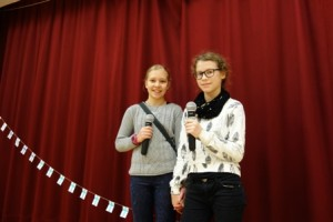 Hilla Valtonen (vas.) ja Linnea Setälä tekivät kilpailuun kappaleen Kaikkien Suomi. Heistä oli kivaa kokeilla räpin tekemistä ja oppia siten uutta.