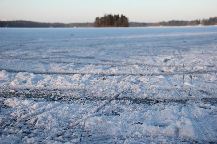 Littoistenjärven jää on ihanteellinen luisteluun juuri nyt. Viikonlopuksi on luvattu vain muutama pakkasaste, joten pakkanenkaan ei ole este. Kuva: Teija Uurinmäki
