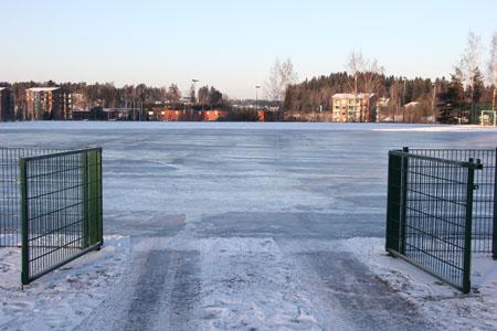 Valkeavuoren kenttä saadaan viimeisteltyä luistelukuntoon luultavasti ensi viikolla. Kentänhoitaja Jussi Korpi tietää tekonurmen olevan jäälle huono pohja ja pelkää jään rakoilevan. Kuva: Teija Uurinmäki
