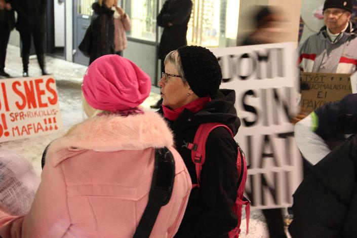 Rajat kiinni Kaarina -yhteisön perustaja Marja-Liisa Kujanpää kutsui koolle mielenosoituksen. Kujanpää on perussuomalaisten kaupunginvaltuutettu.