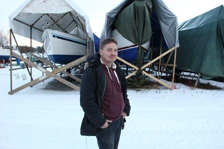 Yrittäjä Olli Terho kertoo, että Kuusiston telakan uusista laituripaikoista on jo vuokrattavissa noin 30. Loput paikat tulevat jakoon kesällä laitureiden valmistuttua. Kuva Teija Uurinmäki